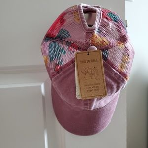 Womens hat with adjustable closure